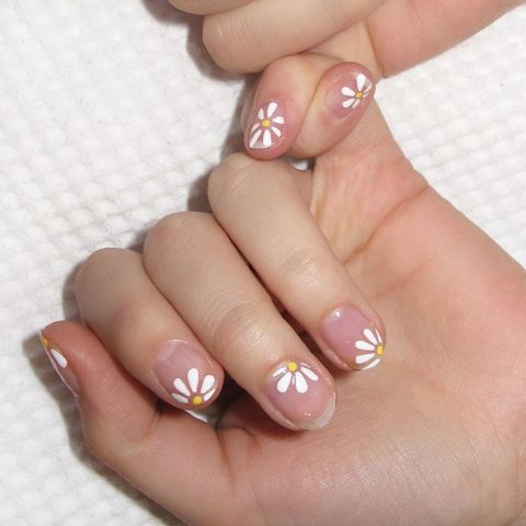 elle-short-nail-art-negative-daisies