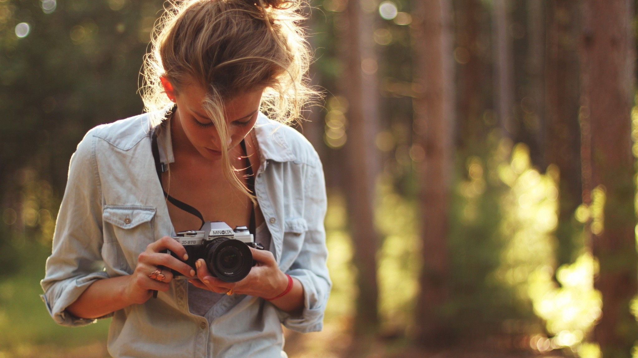 girl-taking-photos-outdoors-2048x1152-wide-wallpapers-net