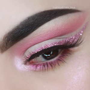 easter-makeup-ideas-pink-glitter-eyeliner